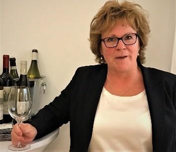 Une femme. Beaucoup de vins