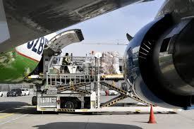 Équipement de protection médicale arrivant à l'aéroport de Munich