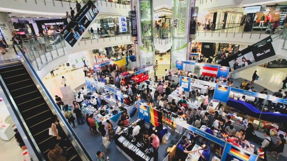Alors que les cas de COVID-19 diminuent, la Thaïlande rouvre ses centres commerciaux et ses magasins