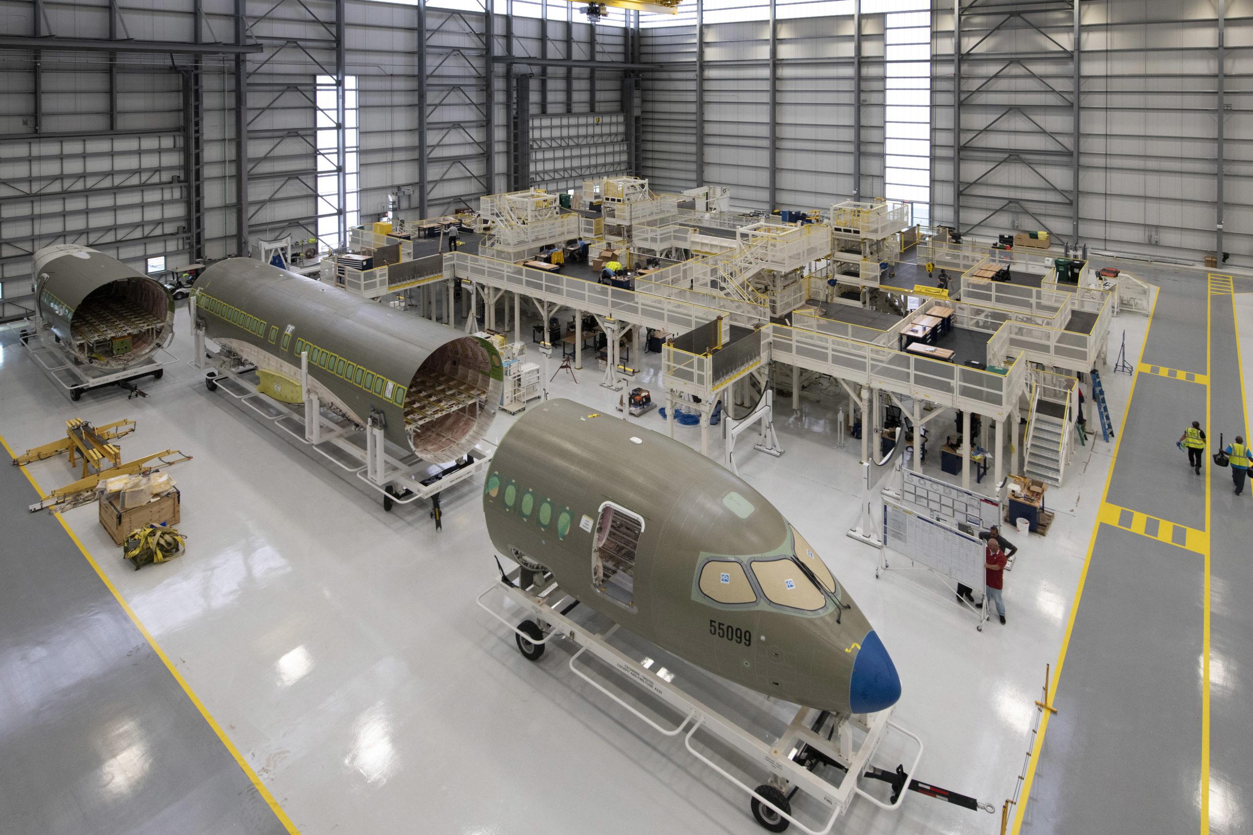 Airbus ouvre un hangar de production américain A220 et accueille un deuxième client américain