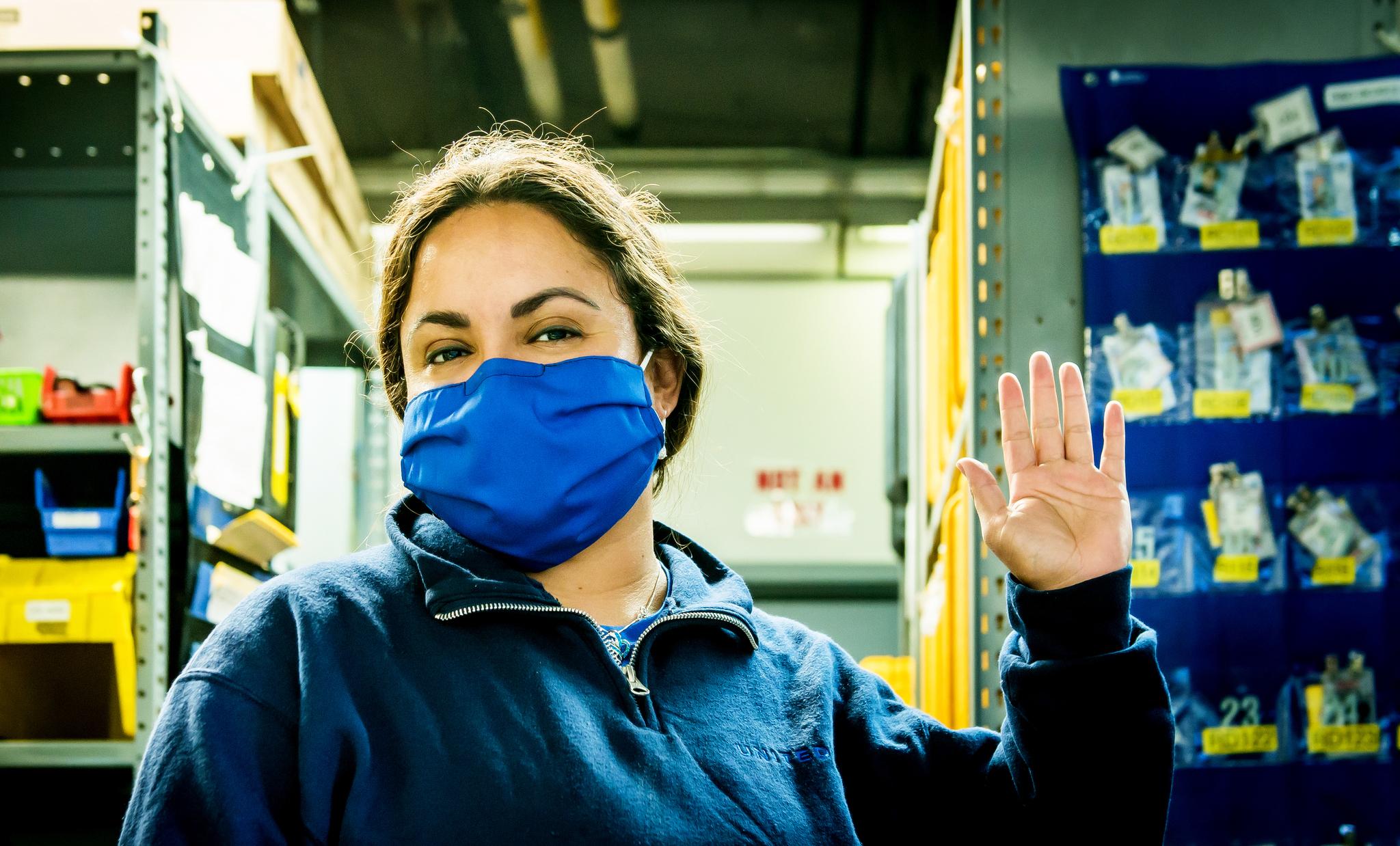 United Airlines transforme d'anciens uniformes en masques pour les employés