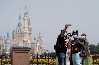Le premier parc Disneyland rouvre ses portes depuis l'épidémie de pandémie de COVID-19