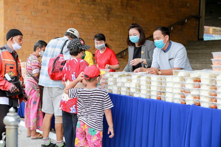 Centara Hotels & Resorts fait un don de nourriture au Département des relations publiques du gouvernement thaïlandais
