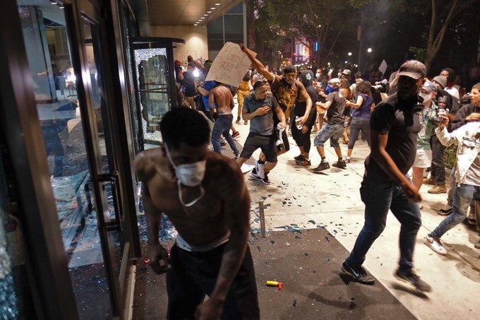 Coronavirus, émeutes, siège de la Maison Blanche: se dérouler simultanément aux États-Unis