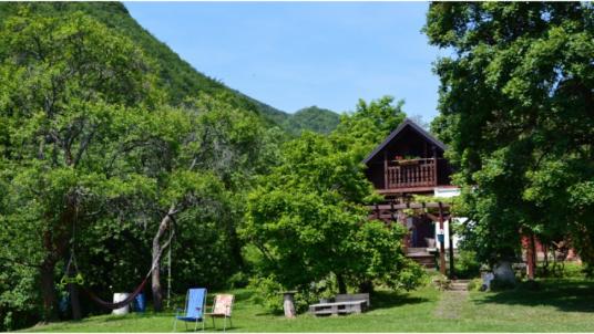 Na Okić: au milieu de la forêt