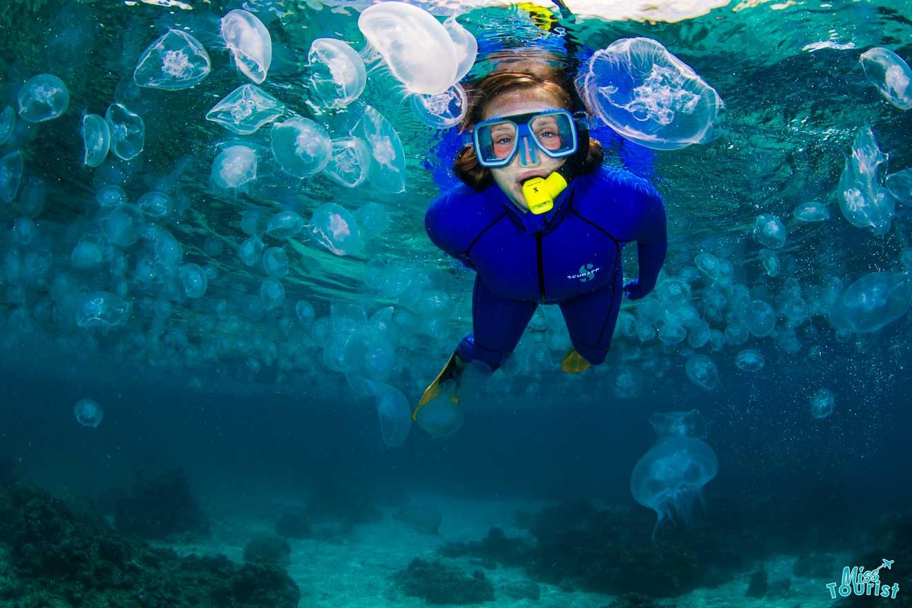 une femme sous l'eau des choses à faire à port douglas