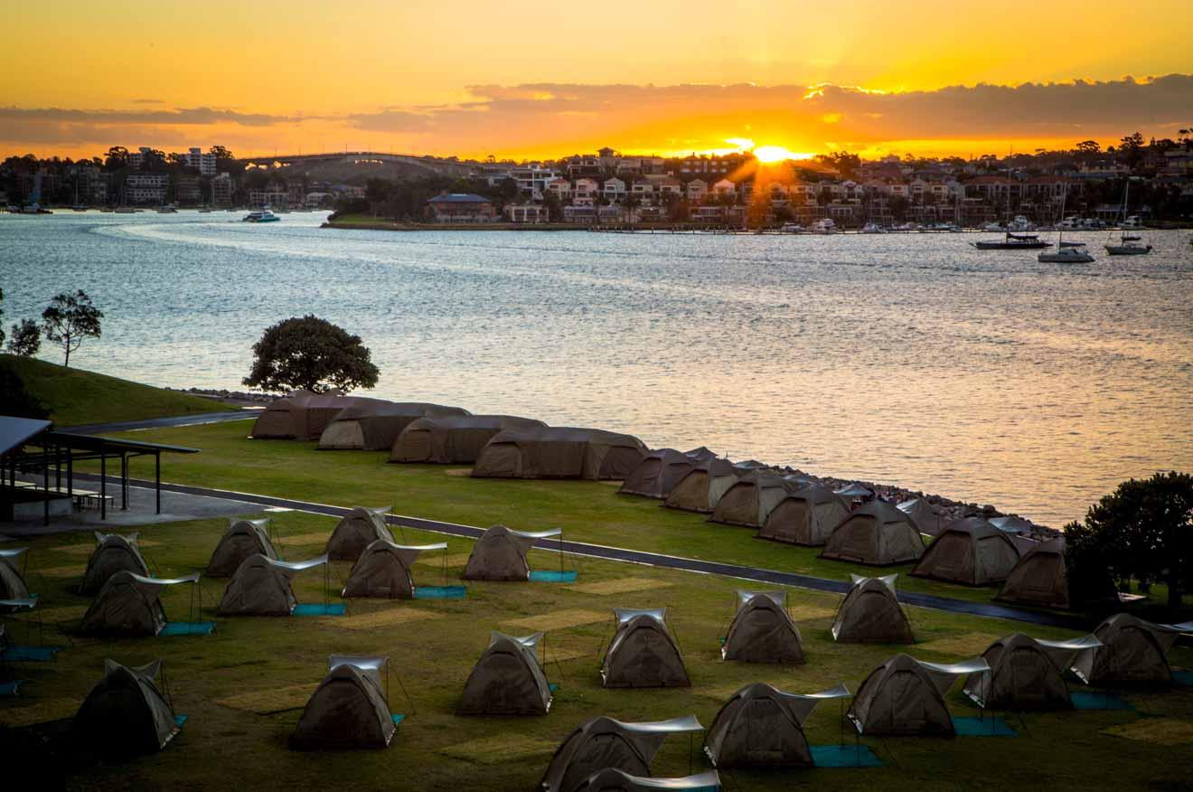 Événement de camping Cockatoo Island au coucher du soleil