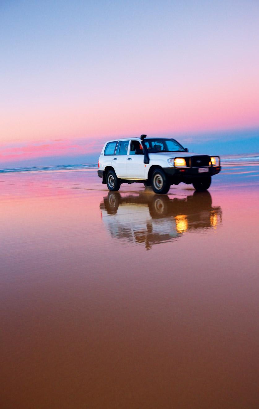 Voiture et belles choses à faire au coucher du soleil à l'île de Fraser