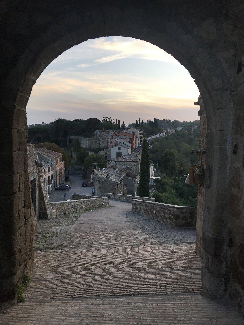 Qu'est-ce qu'une ville fantôme italienne a lancé pour attirer des touristes virtuels?