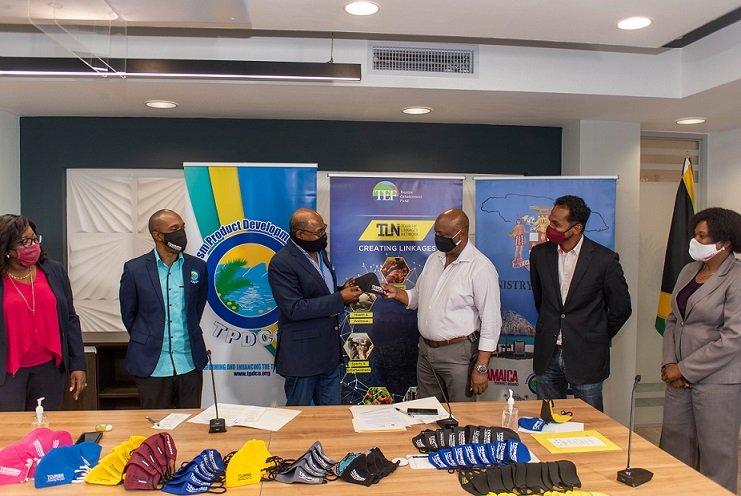 Le ministère du Tourisme de la Jamaïque fournit 10 000 masques aux travailleurs de l'industrie de première ligne