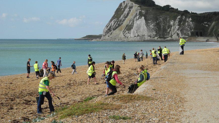 Volontaire vacances nettoyage de la plage