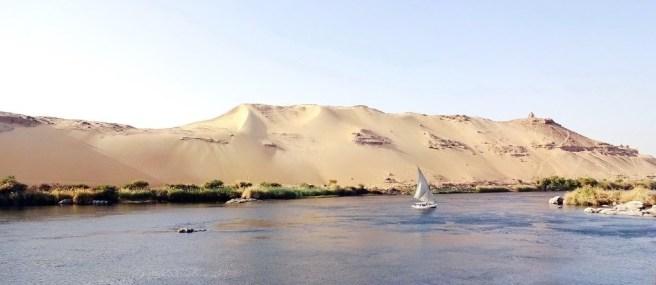Naviguer sur le Nil à Assouan, Egypte. Image de DEZALB (CC0) via Pixabay. https://pixabay.com/photos/aswan-nile-felucca-cataract-3344729/
