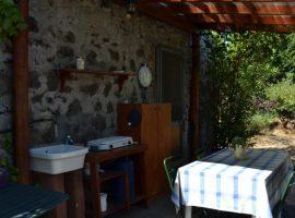 Cuisine extérieure à maison en ballots de paille Felcerossa
