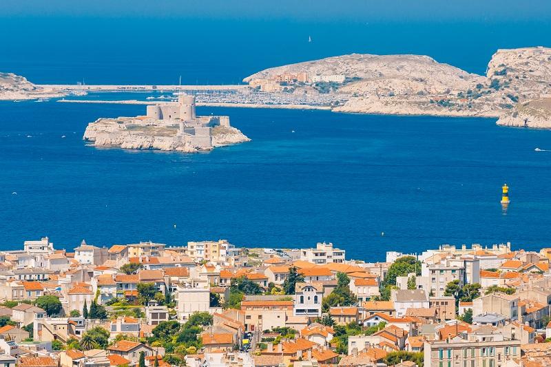 Marseille, France. Vue élevée de la ville et du château d'If à Marseille, France. Journée d'été ensoleillée avec ciel bleu clair