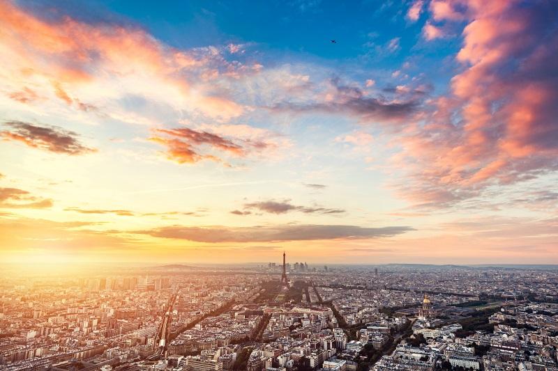 Paris, France au coucher du soleil.