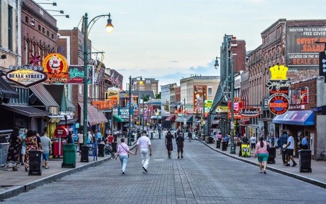 Beale Street, Memphis, Tennessee, États-Unis. Par BruceEmmerling (CCO) via Pixabay. https://pixabay.com/photos/beale-street-memphis-blues-music-4236496/