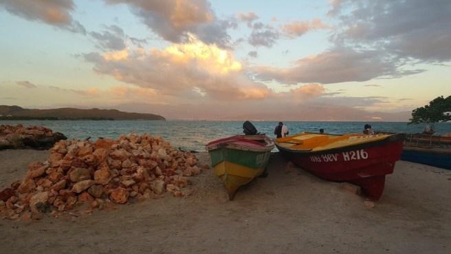 Bateaux sur une plage, Jamaïque. Par morrisync (CCO) via Pixabay. https://pixabay.com/photos/beach-fishing-fishing-boat-ocean-1992727/
