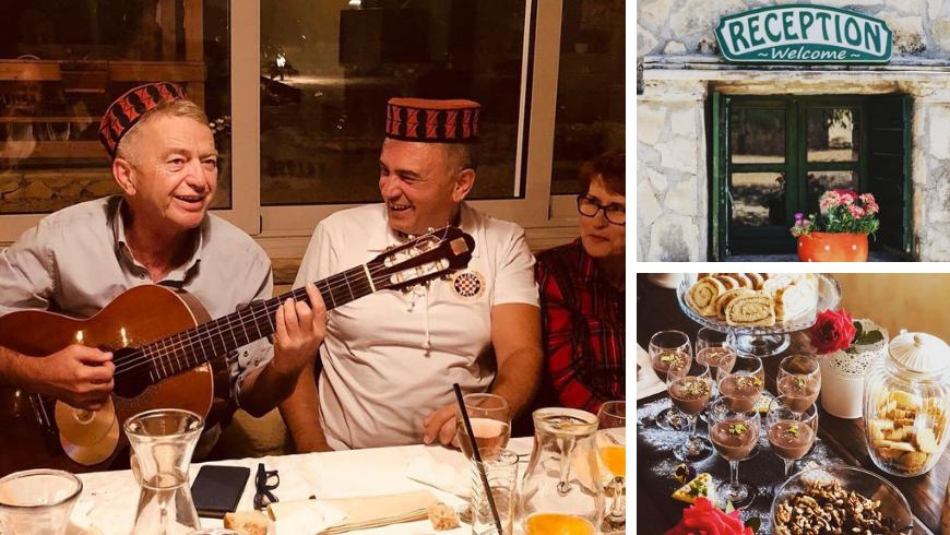 Famille Kalpić souriante, signe de bienvenue et desserts maison spéciaux