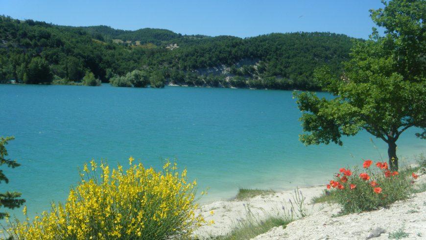 eau bleue dans le lac Fiastra