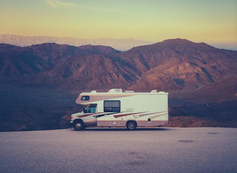 Camping-car RV rétro dans le désert