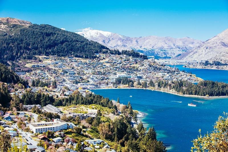 Vue de Queenstown sur une journée ensoleillée en Nouvelle-Zélande