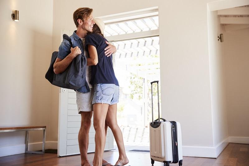 Couple arrivant à la location de vacances d'été
