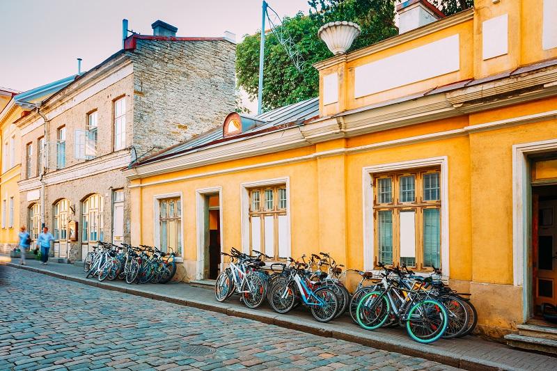 Tallinn, Estonie.  Location de vélos vélos Parking près de la vieille maison