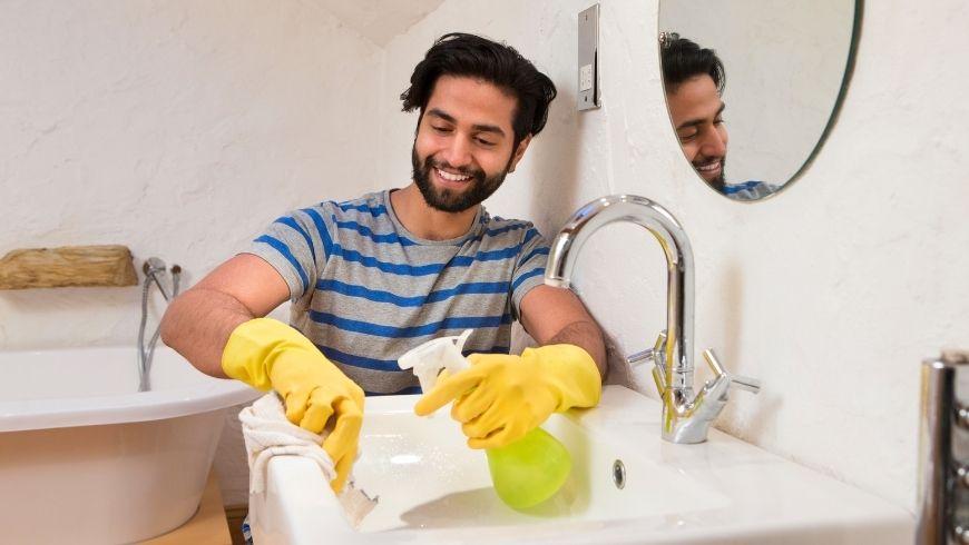 Nettoyants verts et salle de bain verte propre