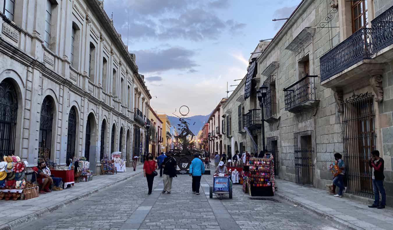 Une rue historique calme au Mexique