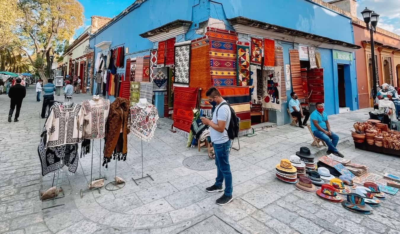 Un petit marché local mais coloré à Oaxaca, Mexique
