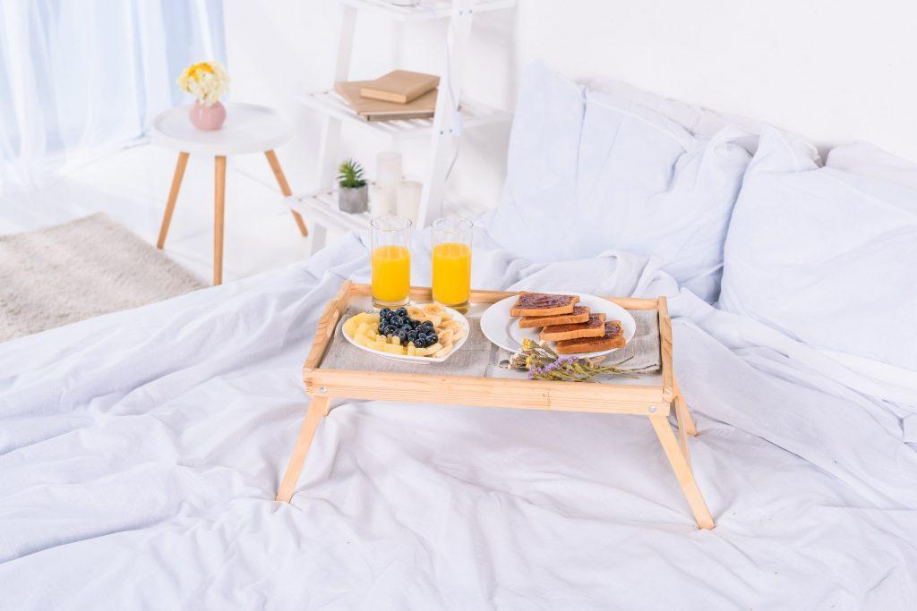 petit déjeuner au lit sur plateau en bois au matin