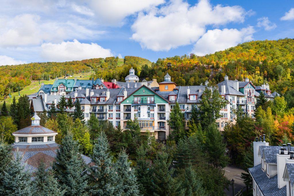 Vue générale du village de Mont-Tremblant à l'automne