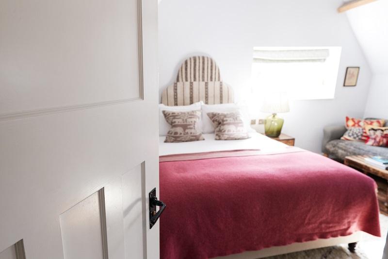 Intérieur de la chambre dans l'hôtel Bed and Breakfast vu à travers la porte