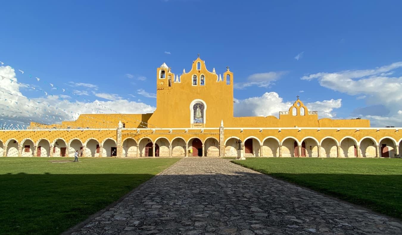 Un immense bâtiment historique lumineux au Mexique
