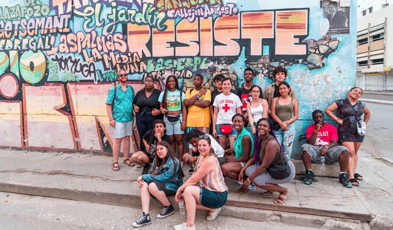 Des étudiants de FLYTE en voyage à l'étranger posant près du street art