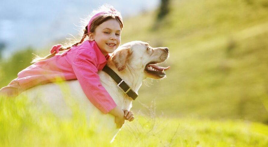 7 avantages pour les enfants qui grandissent avec des chiens