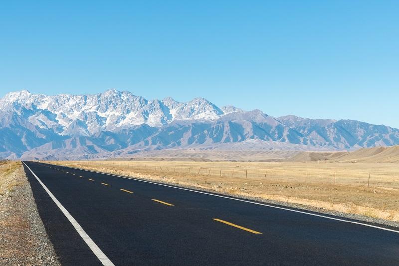 route goudronnée sur désert
