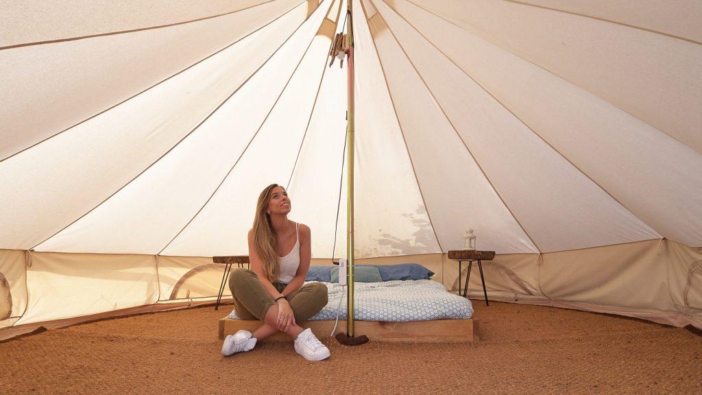 Jeune femme à l'intérieur d'une tente de camping