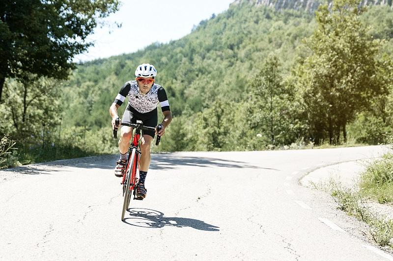 Les hommes à vélo route de montagne au matin