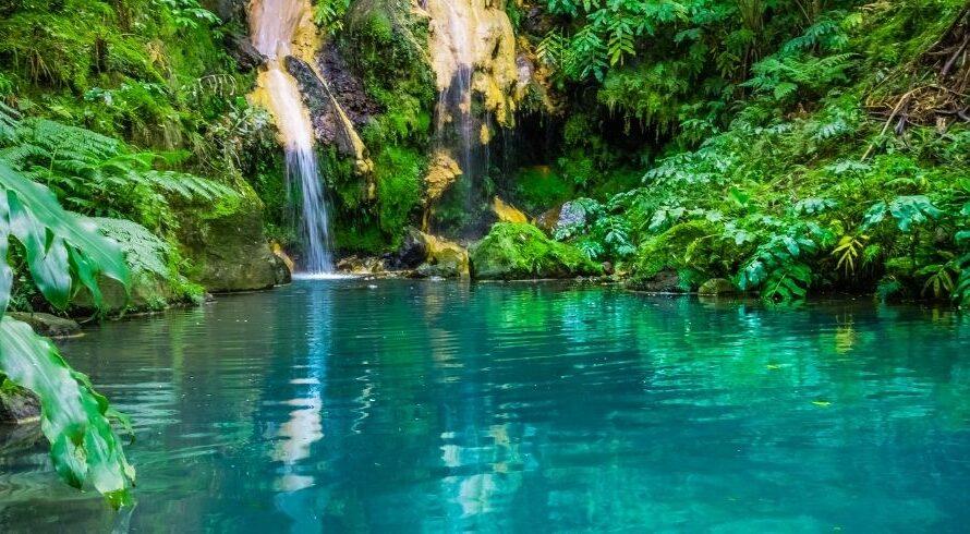 Nager dans les 10 meilleures piscines naturelles des Açores
