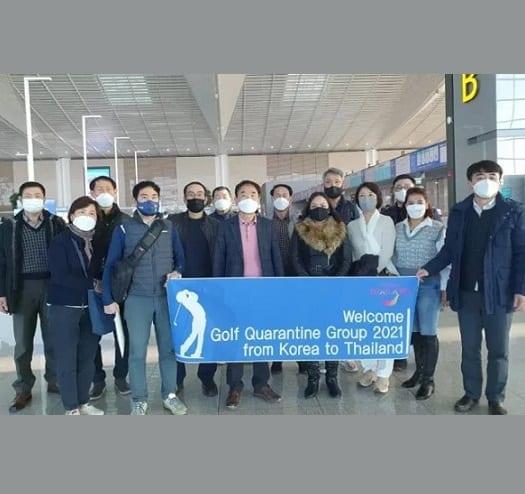 Des touristes sud-coréens en route pour la Thaïlande sous quarantaine de golf