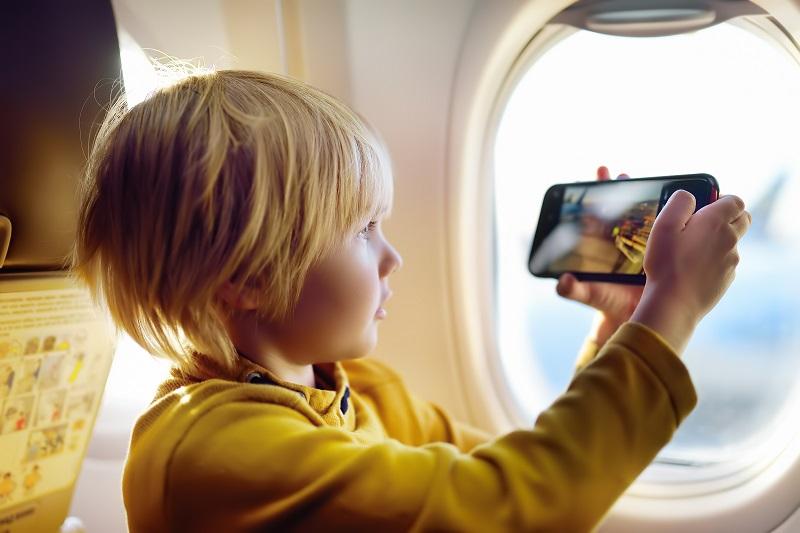 petit-garçon-prend-une-vue-de-l'aérodrome-de