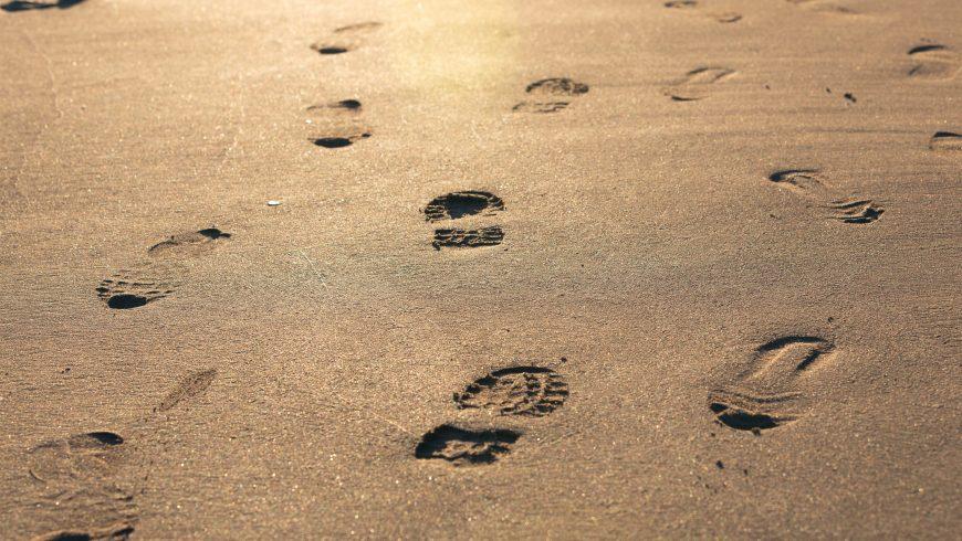 empreintes sur le sable, une métaphore de l'empreinte carbone