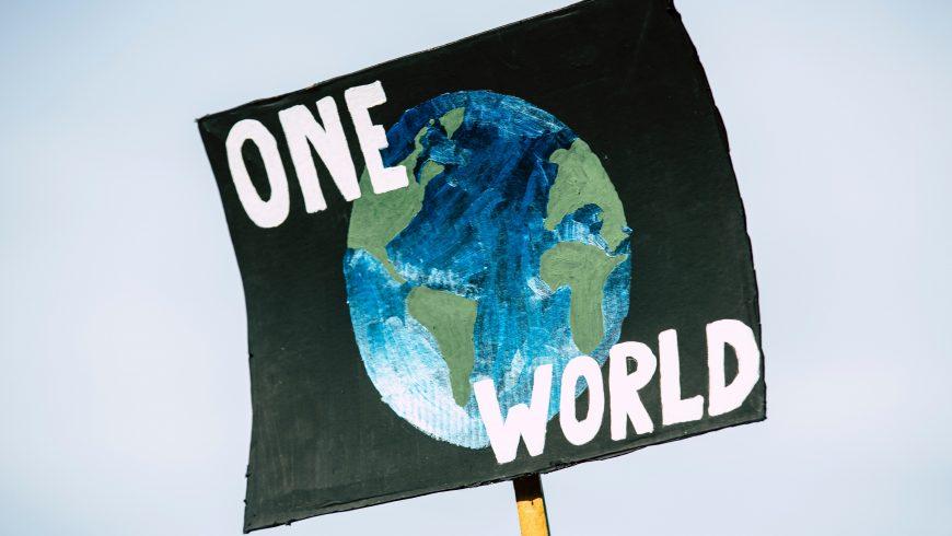 Panneau disant que nous devons sauver notre planète, car nous n'en avons qu'un