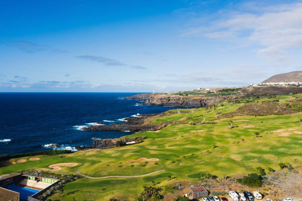 Terrain de golf près de l'océan Atlantique à Tenerife, Espagne, terrain de golf vert, court de tennis dans la nature de Tenerife