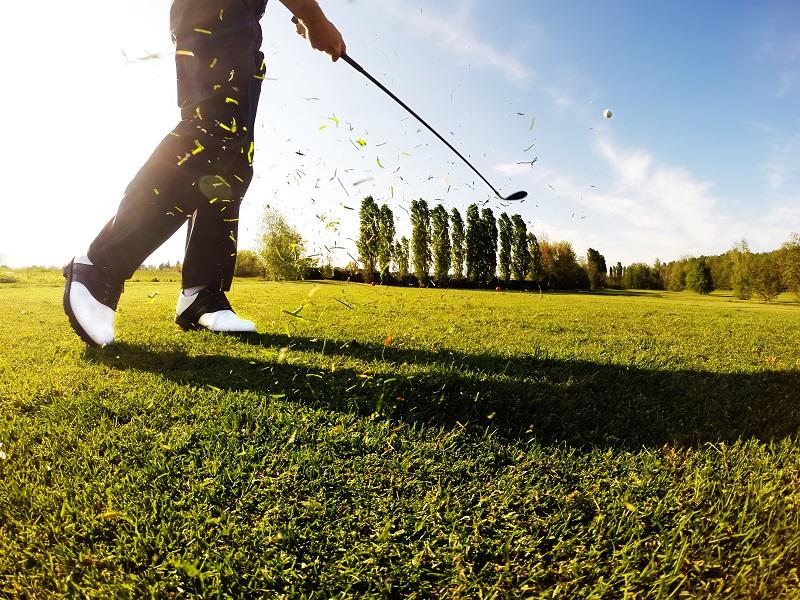 Le golfeur effectue un coup de golf depuis le fairway.