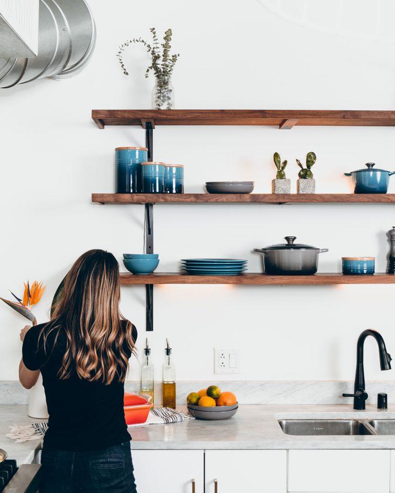 conseils d'achat écologiques: personne minimaliste
