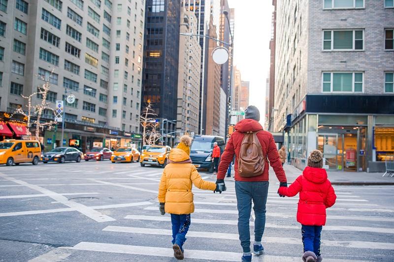 Famille de père et de petits enfants sur Times Square pendant leurs vacances à New York City