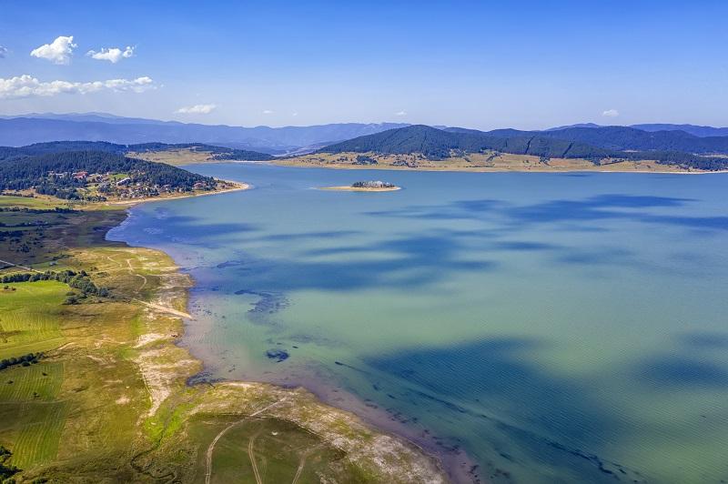Vue aérienne panoramique avec un drone d'un incroyable barrage de Batak, Bulgarie avec de l'eau cristalline