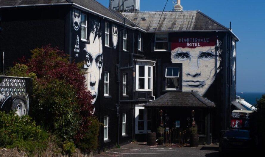 Un hôtel loufoque au Royaume-Uni interdit les « vaxholes », « maskholes » et « moutons »